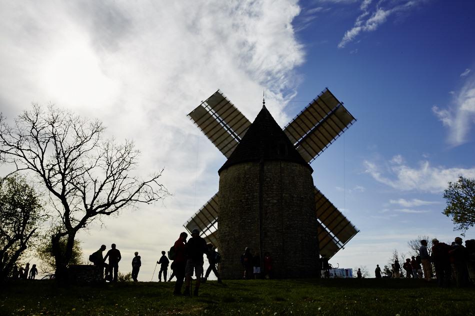 un vent soutenu et frais anime le moulin